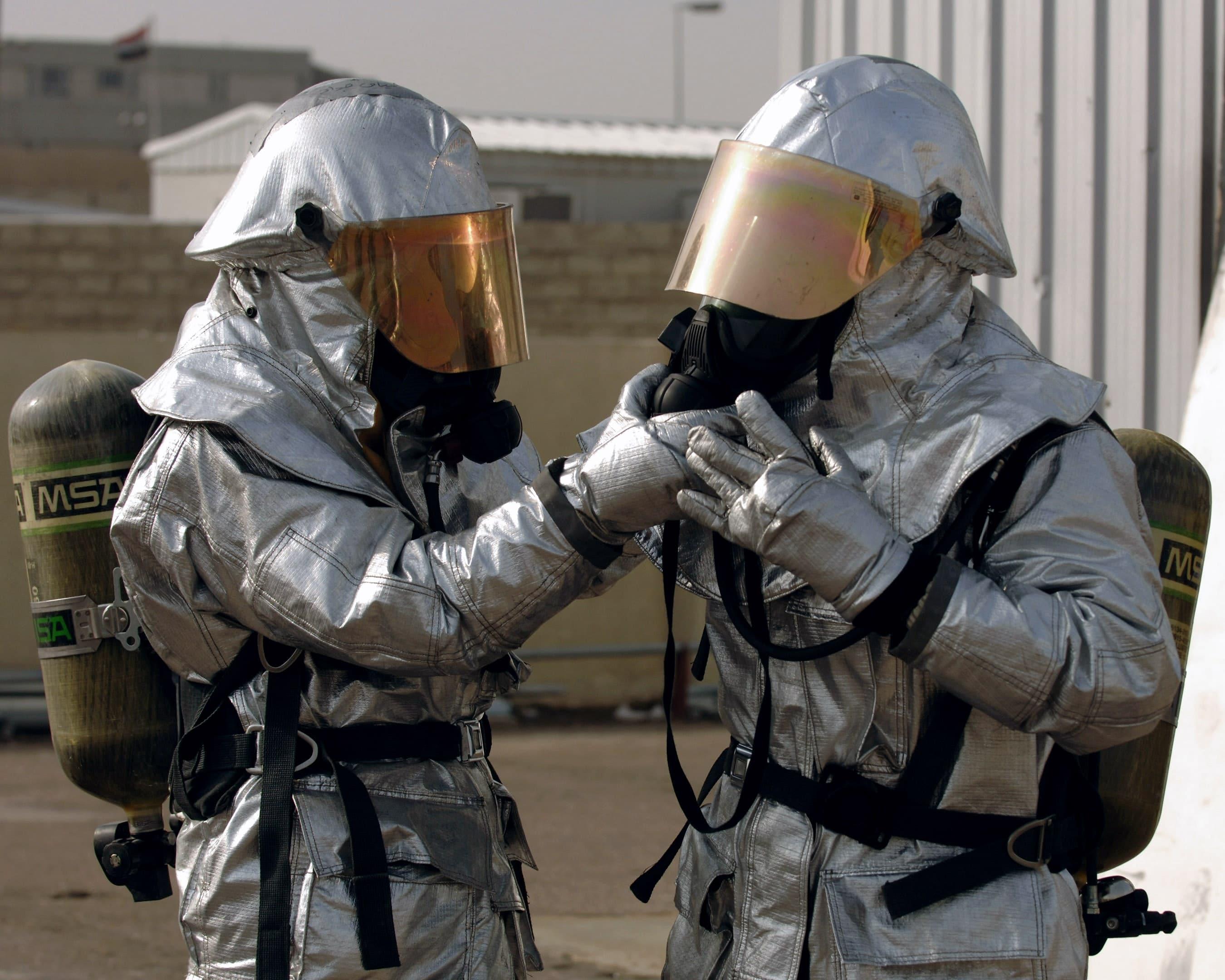两名消防队员正在准备他们的发光接近服