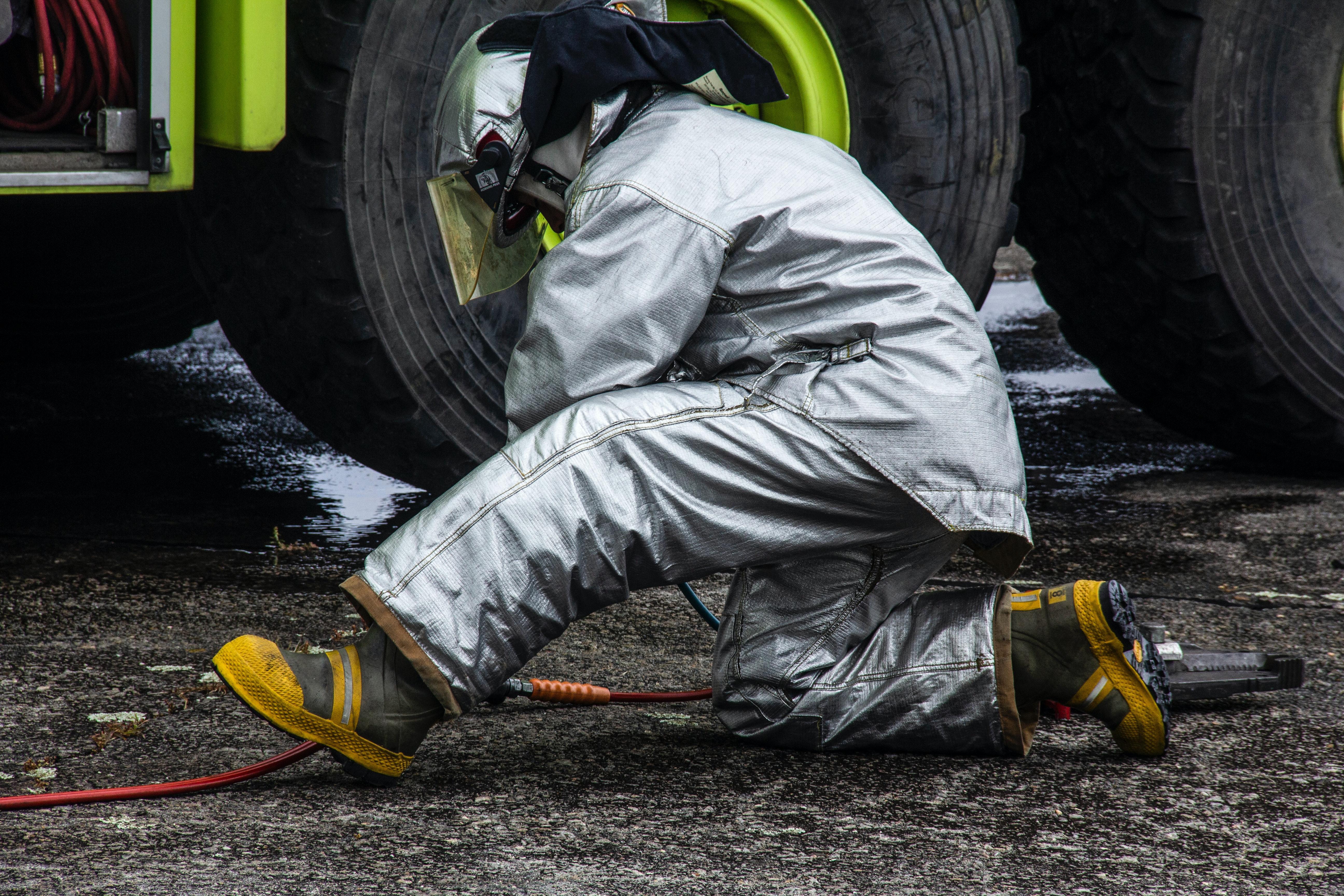 一名消防员正在用他的个人设备工作